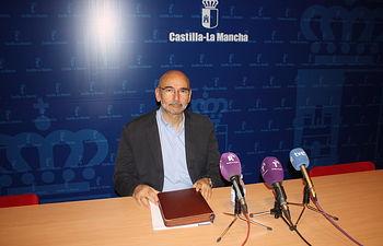 El director general de Salud Pública y Consumo, Manuel Tordera, informa en rueda de prensa. Foto: JCCM.