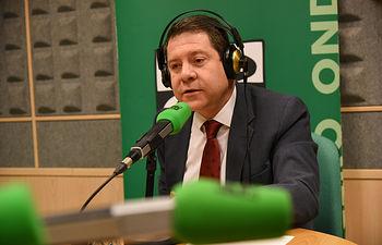 El presidente de Castilla-La Mancha, Emiliano García-Page, es entrevistado por Carlos Alsina en el programa 'Más de uno', de Onda Cero. (Fotos: José Ramón Márquez//JCCM)