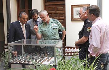 José Julián Gregorio,  ha visitado  el patio de la Subdelegación del Gobierno en Toledo, uno de los 41 patios que pueden visitarse durante la Semana Grande del Corpus de Toledo y que alberga además una muestra de miniaturas de la Guardia Civil.
