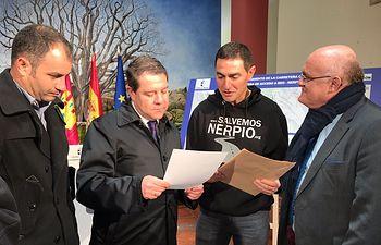 La Plataforma Salvemos Nerpio entrega al García-Page una carta con sus reivindicaciones.