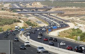 Carretera con vehículos. Foto: EFE.