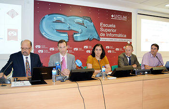 De izqda. a dcha.: Francisco Ruiz, Mario Piattini, Fátima Guadamillas, Tomás Jiménez y Eduardo Fernández-Medina.