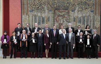 Los Reyes y el ministro de Educación, Cultura y Deporte posan con los galardonados (Foto: EFE)