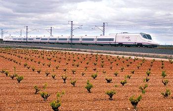 La Alta Velocidad ha revolucionado el concepto de transporte en Castilla-La Mancha. Foto: Tren AVE modelo S-112.