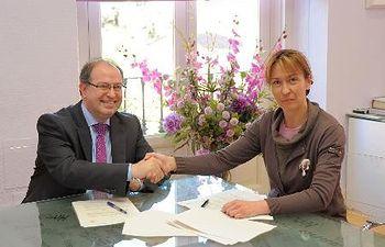 Ana Guarinos y José Luis San José, nuevo Director de Ibercaja Guadalajara, han firmado el convenio