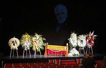 Capilla ardiente del dramaturgo castellano-manchego Francisco Nieva, instaurada en el Teatro María Guerrero de Madrid.