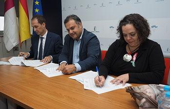 """Firma del acuerdo de colaboración entre la Junta, la Asociación \'Entre Todos\' y la Fundación de \""""la Caixa"""