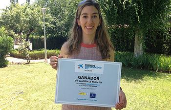 La responsable de SABIOtec, Mariana Boadella, muestra el diploma acreditativo.