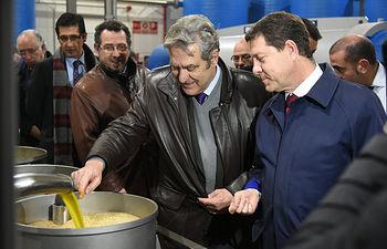 """El presidente de Castilla-La Mancha, Emiliano García-Page, visita la cooperativa """"Santa Catalina"""" en La Solana. (Fotos: José Ramón Márquez//JCCM)"""