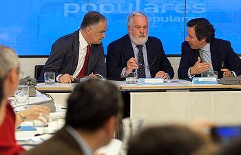 Esteban González Pons, Miguel Arias Cañete y Carlos Floriano presiden la reunión con los candidatos