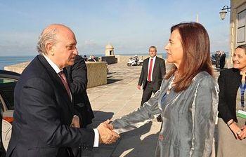 El ministro del Interior, Jorge Fernández Díaz, es recibido por su homóloga portuguesa, Anabela Miranda Rodrigues. Foto: Pool Moncloa / Acceso libre.