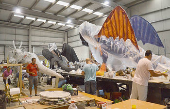 Imágenes del trabajo que están realizando los peñistas para el Desfile del día 18 de septiembre. Fotografía: Álvaro Díaz Villamil/ Ayuntamiento de Azuqueca de Henares