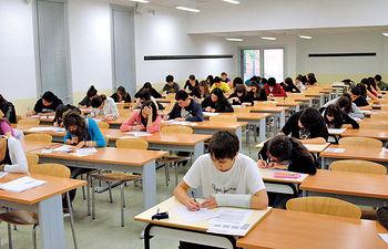 El nuevo modelo educativo europeo implicará cambios en el modelo pedagógico, adaptados a la naturaleza de cada una de las titulaciones europeas. Foto: Estudiantes universitarios durante la realización de un examen.
