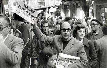 Un militante comunista vende ejemplares de 'Mundo obrero' con la noticia de la legalización del PCE, en Madrid. Foto: LEONARDO FREED.