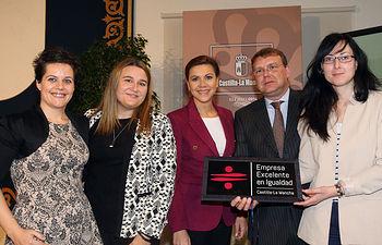 Presidenta Cospedal entrega Distintivo Excelencia Igualdad empresas 2. Foto: JCCM.