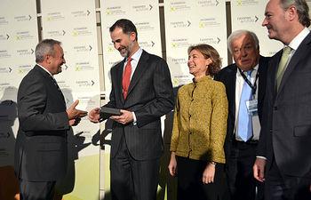 Entrega al Monarca de la Placa conmemorativa del 25 Aniversario de Cooperativas Agro-alimentarias de España. Foto: Cooperativas Agro-alimentarias.