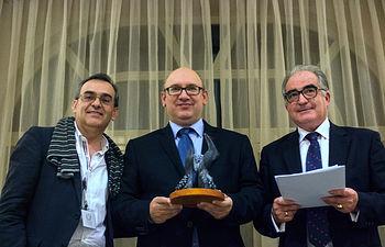 El profesor de la UCLM Miguel Ángel González (centro) recogió el premio.