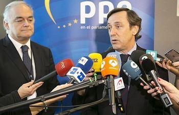 Rafael Hernando atiende a los medios en Bruselas.