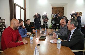 El vicepresidente del Gobierno regional durante la reunión con el secretario general de Podemos. Foto: JCCM.
