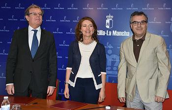 El rector, la consejera y el profesor Escribano tras la firma del acuerdo.