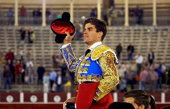 Rubén Pinar - Salida Plaza Toros Albacete - Puerta Grande, tras cortar dos orejas a su primero y otra al que cerró plazaa 14-09-16.