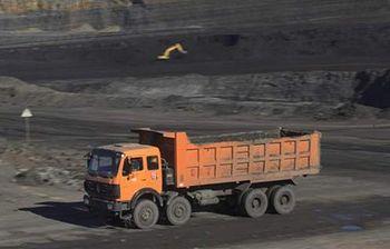 Foto de un camion cargando carbón en una mina al aire libre (Archivo)