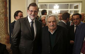 El presidente del Gobierno, Mariano Rajoy, posa junto al expresidente uruguayo José Mujica, durante una recepción en la embajada de España en Montevideo (Uruguay).