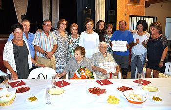 Sentados, el matrimonio formado por Teresa y Ángel, en compañía de familiares y autoridades.