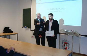 El alumno Luis Antonio Ruiz Sánchez recoge su distinción.