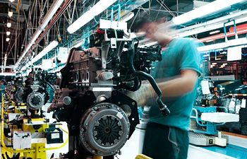 Trabajadores en una industria. Imagen de archivo.