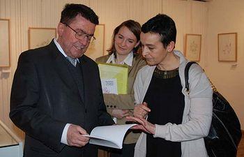 El embajador de Eslovenia en España junto con la vicerrectora de Estudiantes.