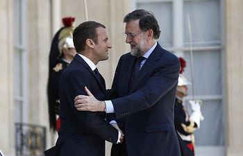 El presidente del Gobierno, Mariano Rajoy, es recibido por el presidente francés, Emmanuel Macron, a su llegada al Palacio del Elíseo en París.