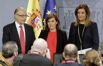 Soraya Sáenz de Santamaría, Fátima Báñez y Cristóbal Montoro (Foto: Pool Moncloa)
