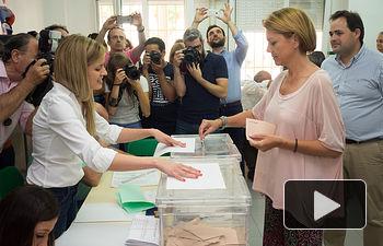 María Dolores Cospedal ejerciendo su derecho al voto.