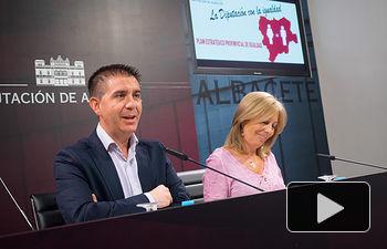 Santiago Cabañero, presidente de la Diputación Provincial de Albacete, junto Nieves García, diputada provincial de Igualdad.