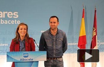 Carmen Navarro, junto a Fermín Gómez, en la sede provincial del PP.
