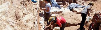 Alumnos durante la campaña de excavaciones en el yacimiento del castillo de La Estrella.