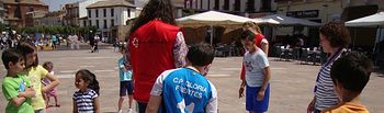 Cruz Roja junto con el Ayuntamiento han preparado diferentes actvidades para los niños en la plaza de España