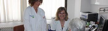 Enfermeras de las consultas de Neurología forman cada día a pacientes con esclerosis múltiple para mejorar el conocimiento de su patología. Foto: JCCM.