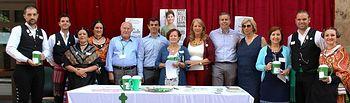Visita a la mesa informativa de la Asociación Española Contra el Cáncer instalada en la puerta del Ayuntamiento