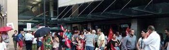 Concentración en Albacete a las puertas de la Fundación CCM bajo la lluvia