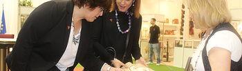 Carmen Olmedo y Ana Isabel Fernández en su visita a 'Farcama Primavera' en el Pabellón Ferial de Ciudad Real