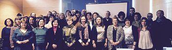 Fotografía de la directora del Instituto de la Mujer en Albacete, Mercedes Márquez con los técnicos y técnicas de los Centros de la Mujer y Casas de Acogida en la provincia.