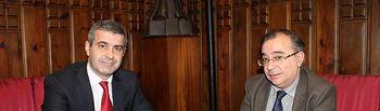 Álvaro Gutiérrez con Fernando Mora en un momento de la reunión mantenida hoy en la Diputación