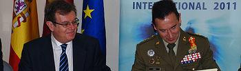 Miguel Ángel Collado y Fernando Aznar durante la firma del convenio.