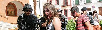 Zombies y militares, en el entorno del edifico consistorial.