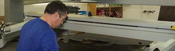 Los proyectos seleccionados, objetos de la subvenciones, deben perseguir, entre otros, el desarrollo económico y el fomento de la sociedad de la información y nuevas tecnologías. Foto: Trabajador en una moderna fábrica de calzado en Almansa (Albacete).