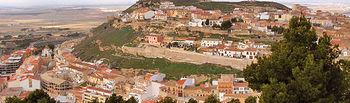 Vista de la localidad de Chinchilla con su castillo en lo alto.