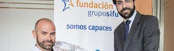 Jose Antonio Montero, gerente de la oficina de Grupo SIFU en Ciudad Real, otorga la Beca de Apoyo al Deporte Adaptado de la Fundación Grupo SIFU a Gustavo Molina.