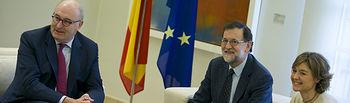 El presidente del Gobierno, Mariano Rajoy, recibe al comisario de Agricultura y Desarrollo Rural de la Comisión Europea, Phil Hogan, junto a la ministra de Agricultura y Pesca, Alimentación y Medio Ambiente, Isabel García Tejerina.